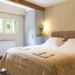 Vue de la chambre sur jardin avec fenêtre thumbnail